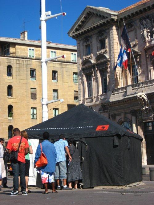 Smala devant la mairie de Marseille